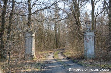 brama wjazdowa do pałacu Niwiska